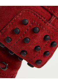 TOD'S - Czerwone mokasyny Gommino Driving. Okazja: na spacer. Kolor: czerwony. Materiał: zamsz, guma. Wzór: aplikacja. Sezon: lato, wiosna #7