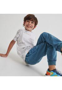 Reserved - Bawełniany t-shirt z napisami - Kremowy. Kolor: kremowy. Materiał: bawełna. Wzór: napisy