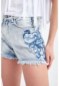 TwinSet - SZORTY JEANSOWE TWINSET. Stan: podwyższony. Materiał: jeans. Długość: krótkie. Sezon: lato. Styl: klasyczny, rockowy