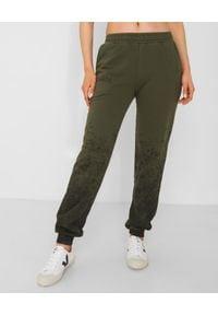 CHAOS BY MARTA BOLIGLOVA - Spodnie dresowe khaki z bawełny DIRTY. Stan: podwyższony. Kolor: zielony. Materiał: bawełna, dresówka