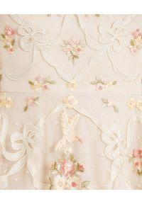 NEEDLE & THREAD - Sukienka mini Isadora. Typ kołnierza: kokarda. Kolor: beżowy. Materiał: szyfon. Wzór: kwiaty, haft, aplikacja. Długość: mini