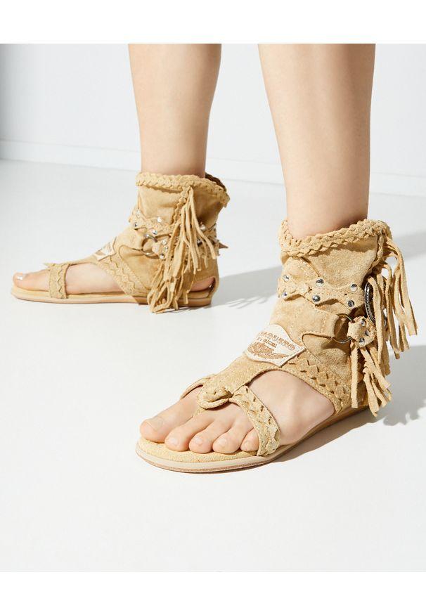 EL VAQUERO - Zamszowe sandały z frędzlami. Zapięcie: pasek. Kolor: beżowy. Materiał: zamsz. Wzór: paski
