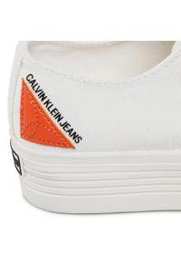 Białe półbuty Calvin Klein Jeans na płaskiej podeszwie, z aplikacjami, z cholewką