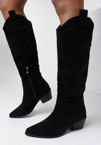 Born2be - Czarne Kozaki Typhinore. Nosek buta: szpiczasty. Zapięcie: zamek. Kolor: czarny. Szerokość cholewki: normalna. Wzór: gładki. Materiał: materiał. Obcas: na obcasie. Styl: boho, klasyczny. Wysokość obcasa: niski