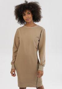 Born2be - Jasnobeżowa Sukienka Leucomene. Kolor: beżowy. Materiał: dzianina. Długość rękawa: długi rękaw. Wzór: jednolity. Długość: mini