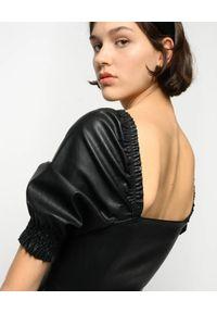 Pinko - PINKO - Czarna sukienka ze skóry ekologicznej Lunatico. Okazja: na imprezę. Typ kołnierza: dekolt kwadratowy. Kolor: czarny. Materiał: skóra ekologiczna. Długość: midi