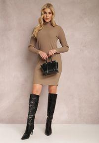 Renee - Ciemnobeżowa Sukienka Calynne. Typ kołnierza: golf. Kolor: beżowy. Materiał: dzianina, prążkowany. Długość rękawa: długi rękaw. Wzór: jednolity. Styl: klasyczny. Długość: mini