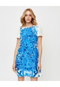 VALENTINO - Niebieska sukienka w kwiaty. Kolor: biały. Materiał: jedwab, wełna. Wzór: kwiaty