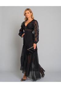 RAQUEL DINIZ - Czarna długa sukienka. Typ kołnierza: dekolt w kształcie V. Kolor: czarny. Materiał: materiał. Wzór: kwiaty, haft. Typ sukienki: kopertowe, asymetryczne. Długość: maxi