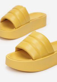 Born2be - Żółte Klapki Lilinyera. Nosek buta: okrągły. Kolor: żółty. Wzór: gładki, aplikacja. Obcas: na platformie. Styl: elegancki