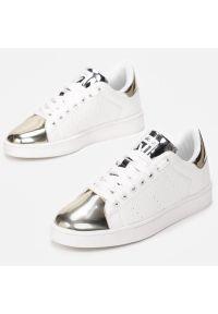 vices - Białe sportowe buty damskie VICES Q56-37. Kolor: biały. Materiał: skóra