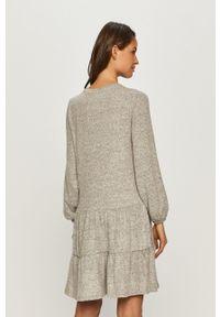 Vero Moda - Sukienka. Kolor: szary. Materiał: dzianina. Długość rękawa: długi rękaw. Typ sukienki: rozkloszowane