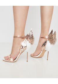 SOPHIA WEBSTER - Białe sandały na szpilce Evangeline. Okazja: na wesele, na ślub cywilny. Zapięcie: pasek. Kolor: biały. Obcas: na szpilce. Styl: młodzieżowy. Wysokość obcasa: wysoki