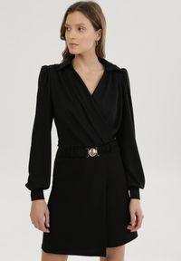 Born2be - Czarna Sukienka Flutterfruit. Kolor: czarny. Długość rękawa: długi rękaw. Wzór: prążki, aplikacja. Typ sukienki: kopertowe, dopasowane. Styl: klasyczny. Długość: mini