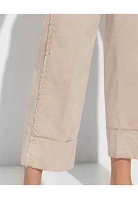 PESERICO - Beżowe spodnie z mankietem. Okazja: na spotkanie biznesowe, do pracy. Kolor: beżowy. Materiał: materiał, bawełna. Styl: biznesowy