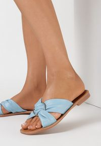 Born2be - Niebieskie Klapki Thyxeasi. Nosek buta: okrągły. Kolor: niebieski. Wzór: aplikacja. Obcas: na płaskiej podeszwie