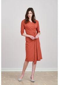 Pomarańczowa sukienka Marie Zélie klasyczna, z kopertowym dekoltem, prosta, moda ciążowa