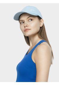 4f - Czapka z daszkiem damska. Kolor: niebieski. Materiał: bawełna