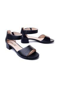 Niebieskie sandały Caprice na średnim obcasie, na rzepy, na obcasie