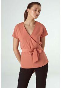 Różowa bluzka Nife z kopertowym dekoltem