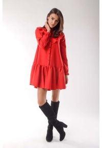 Nommo - Czerwona Zwiewna Krótka Sukienka z Falbankami. Typ kołnierza: kołnierz z falbankami. Kolor: czerwony. Materiał: wiskoza, poliester. Długość: mini