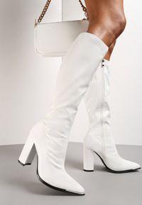 Renee - Białe Kozaki Pheranie. Okazja: na co dzień. Nosek buta: szpiczasty. Zapięcie: zamek. Kolor: biały. Szerokość cholewki: normalna. Wysokość cholewki: przed kolano. Materiał: lakier. Obcas: na słupku. Styl: casual