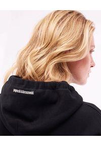 PAPROCKI&BRZOZOWSKI - Czarna bluza KISS HERE. Kolor: czarny. Materiał: bawełna, materiał. Wzór: haft, aplikacja, nadruk. Styl: klasyczny