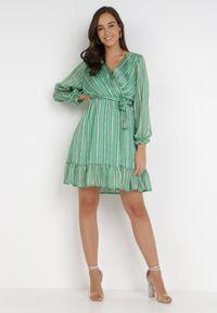Born2be - Zielona Sukienka Naphocia. Typ kołnierza: kokarda. Kolor: zielony. Materiał: materiał. Długość rękawa: długi rękaw. Wzór: prążki. Typ sukienki: kopertowe. Długość: mini