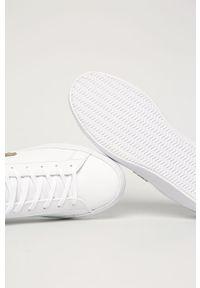 Białe buty sportowe Lacoste na obcasie, z okrągłym noskiem