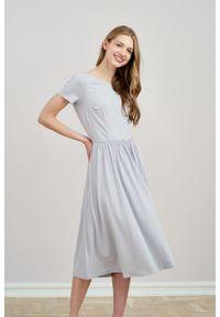 Marie Zélie - Sukienka Emelina jasnoszara mikromodal krótki rękaw. Kolor: szary. Materiał: wiskoza, dzianina, elastan, włókno, skóra, guma. Długość rękawa: krótki rękaw. Styl: klasyczny. Długość: midi