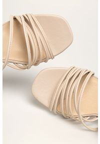 Kremowe sandały vagabond na obcasie, gładkie, na średnim obcasie