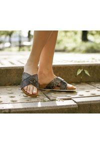 Zapato - klapki na korku - skóra naturalna - model 341 - kolor wąż. Okazja: na imprezę, na co dzień. Materiał: skóra. Wzór: motyw zwierzęcy, nadruk, kolorowy, kwiaty. Sezon: lato, wiosna. Obcas: na płaskiej podeszwie. Styl: klasyczny, wakacyjny, casual