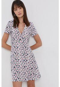 Tommy Jeans - Sukienka. Kolor: biały. Materiał: tkanina. Długość rękawa: krótki rękaw. Typ sukienki: rozkloszowane
