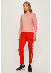 Czerwone spodnie dresowe Calvin Klein Jeans z nadrukiem, z podwyższonym stanem