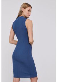 Guess - Sukienka. Kolor: niebieski. Materiał: dzianina. Wzór: gładki. Typ sukienki: dopasowane