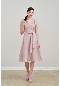 Marie Zélie - Sukienka Duilin lniana lilakowa. Materiał: len. Długość rękawa: krótki rękaw. Typ sukienki: kopertowe. Styl: klasyczny