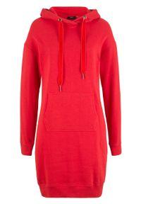 Sukienka dresowa bonprix truskawkowy. Typ kołnierza: kaptur. Kolor: czerwony. Materiał: dresówka