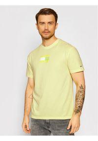 Tommy Jeans T-Shirt Tonal Flag DM0DM10237 Żółty Regular Fit. Kolor: żółty