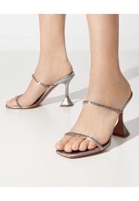 AMINA MUADDI - Srebrne sandały z kryształami Gilda. Zapięcie: pasek. Kolor: srebrny. Materiał: jedwab, satyna, materiał. Wzór: paski. Obcas: na obcasie. Styl: wizytowy. Wysokość obcasa: średni