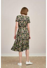 Marie Zélie - Sukienka Selma Cynarae oliwkowa. Typ kołnierza: dekolt w serek. Kolor: oliwkowy. Materiał: wiskoza, dzianina, materiał, elastan, tkanina. Długość: midi