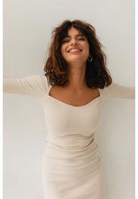 Marsala - Sukienka dopasowana z dekoltem w kształcie serca WHITE SAND - FUSION BY MARSALA. Okazja: na randkę, na imprezę. Materiał: prążkowany, dzianina, elastan, materiał, bawełna. Typ sukienki: bodycon. Długość: mini