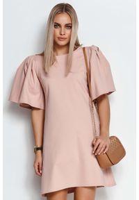 Makadamia - Krótka Trapezowa Sukienka z Motylkowym Rękawem - Różowa. Kolor: różowy. Materiał: poliester, nylon, elastan. Typ sukienki: trapezowe. Długość: mini