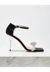MACH&MACH - Czarne sandały na szpilce z kryształami Rosie. Zapięcie: pasek. Kolor: czarny. Materiał: satyna. Wzór: gładki, aplikacja, paski, kwiaty. Sezon: lato. Obcas: na szpilce. Wysokość obcasa: średni