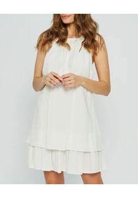 MARLU - Biała sukienka mini Addis. Okazja: na randkę. Kolor: biały. Materiał: tkanina. Sezon: lato. Styl: wizytowy, wakacyjny, elegancki. Długość: mini