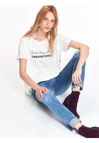 Biały t-shirt TOP SECRET z kontrastowym kołnierzykiem, na zimę, casualowy, długi