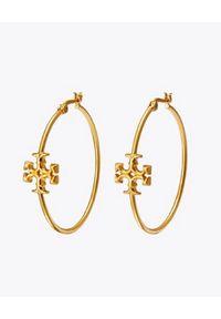 Tory Burch - TORY BURCH - Okrągłe kolczyki z emblematem Kira. Materiał: złote. Kolor: złoty