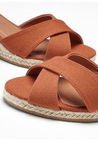 Brązowe sandały bonprix na średnim obcasie, z paskami, z aplikacjami, na koturnie