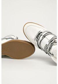 Białe botki Calvin Klein na koturnie, na sznurówki
