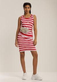 Renee - Czerwona Sukienka Gathophis. Kolor: czerwony. Materiał: jeans. Długość rękawa: na ramiączkach. Wzór: prążki, aplikacja. Typ sukienki: sportowe. Styl: sportowy, klasyczny. Długość: mini