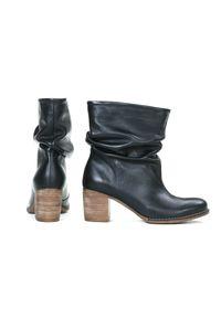 Zapato - botki - skóra naturalna - model 456 - kolor czarny. Okazja: do pracy, na spotkanie biznesowe. Nosek buta: okrągły. Zapięcie: bez zapięcia. Kolor: czarny. Szerokość cholewki: normalna. Wzór: kolorowy. Wysokość cholewki: za kolano. Materiał: skóra. Obcas: na obcasie. Styl: biznesowy, klasyczny, elegancki